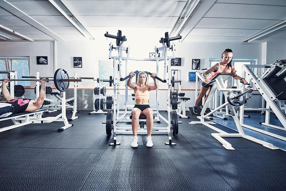 Fitness und bodybuilding. Athleten beim training im Fitness studio.
