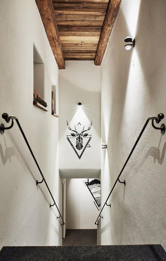 Innenraumfotografie von Treppe mit wandbelauchtung