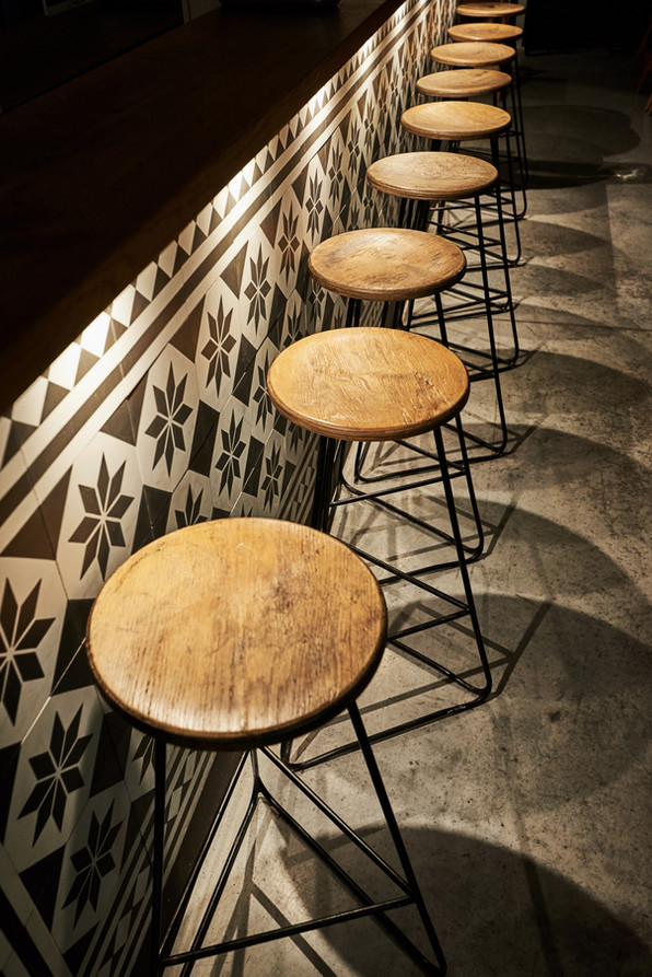Innenarchitektur und Interior fotografie von Bar Stuhle im Cafe