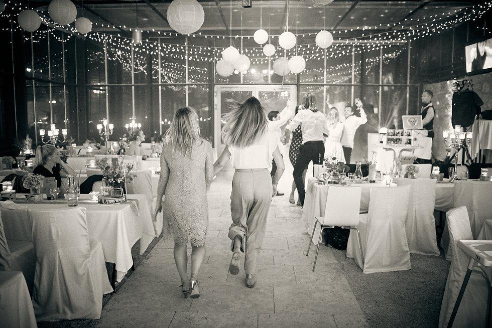 Hochzeitsreportage - Feier und Tanzen am Abend bei Orangerie, Bad Endorf