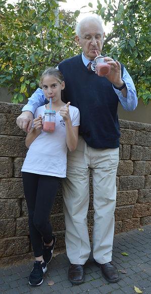 אדוה ואלפרד שותים מאסטר שייק