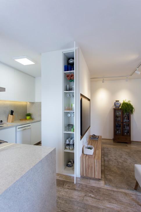 Detalhe marcenaria multifunção - atende entrada, sala e cozinha | PAGAMA arquitetura + design