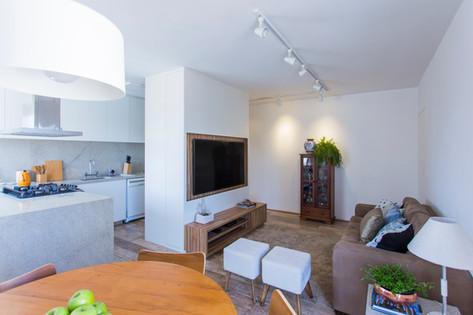 Reforma de sala e cozinha integrados com móvel multifunção | PAGAMA arquitetura + design