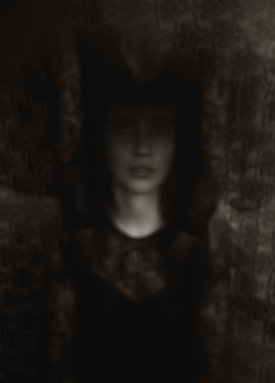 Les convives sont invités à rejoindre la médium dans une petite pièce aux murs tapissés. Il s'assoient en cercle autour d'elle. Pas trop loin. Pas trop près. La luminosité est très faible. Cette ambiance facilite la connexion avec l'au-delà.