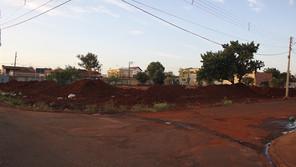 Obra parada em nova praça causa transtorno com grandes entulhos de terra deixados no local