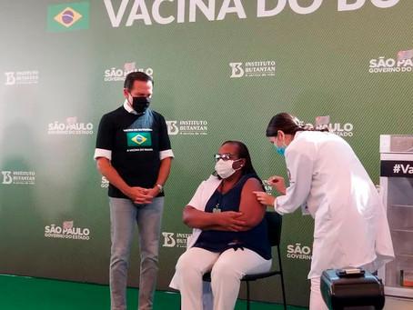 Enfermeira é a primeira pessoa vacinada no Brasil contra a Covid-19
