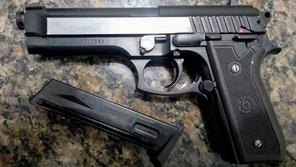 PM prende homem armado com simulacro de arma de fogo