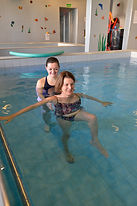 Wassertherapie ergänzt die Behandlung in der Praxis nach Operationen an Gelenken oder der Wirbelsäule