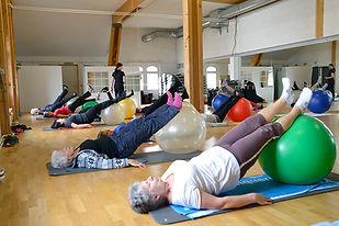 Rückengymnastikkurse finde das ganze Jahr über statt und werden von einer Physiotherapeutin unserer Praxis geleitet, in Wittenbach Update Fitness und in Romanshorn Kantonsschule.