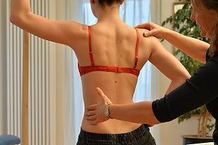 Skoliosetherapie nach Schroth und mit übungen der Spiraldynamik helfen bei angeborenen Verformungen der Wirbelsäule
