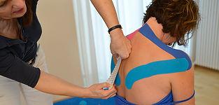 Easytaping als Ergänzung der Physiotherapie zur Verbesserung der Durchblutung, Normalisierung der Muskelspannung, zur Schmerzlinderung