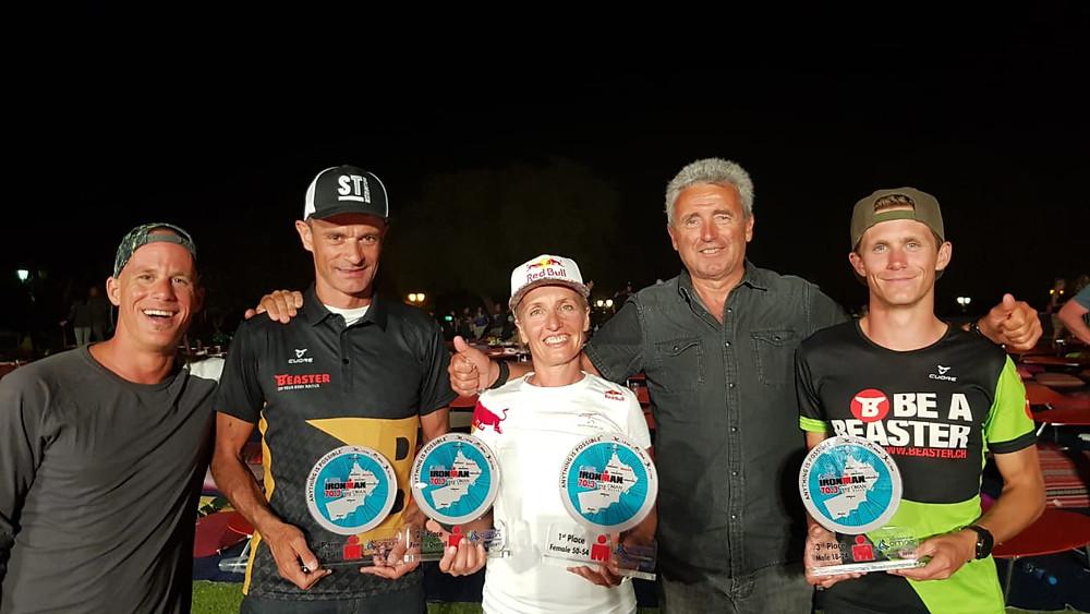 Erfolgreiches Team am Ironman 70.3 Oman (von links nach rechts): Pascal Bosshard 5. Rang, Walter Lehmann 3. Rang, Natascha Badmann 2. Rang, Toni Hasler, Coach, Sämi Michel 3. Rang