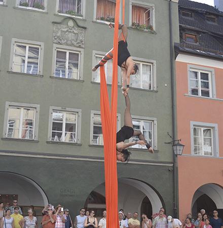 Art en air Festivals Duo Luftartistik am Vertikaltuch