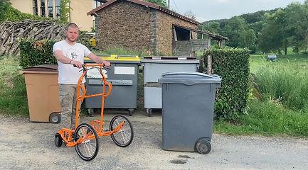 Tracter conteneur poubelle. Déplacer conteneur poubelle. Sortir conteneur poubelle. Tirer conteneur poubelle