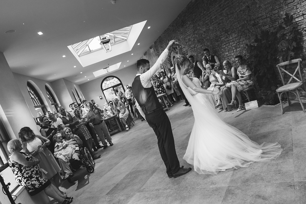 Wedding photography: the first dance