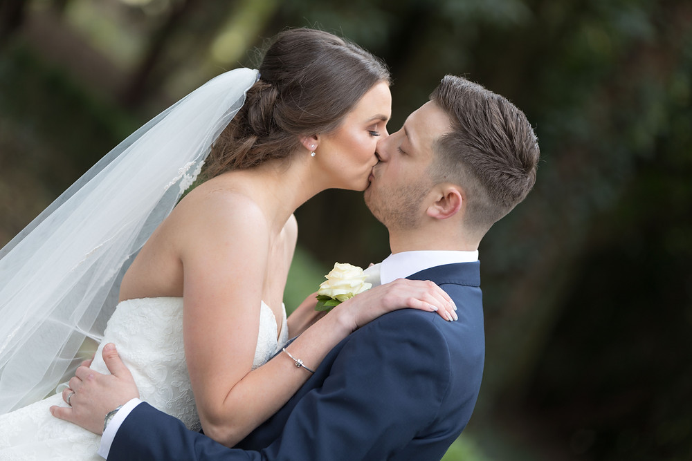 Wedding photography: Bride & Groom kissing