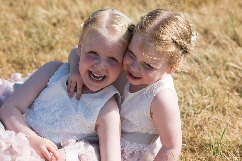 Wedding photography: Flowergirls playing