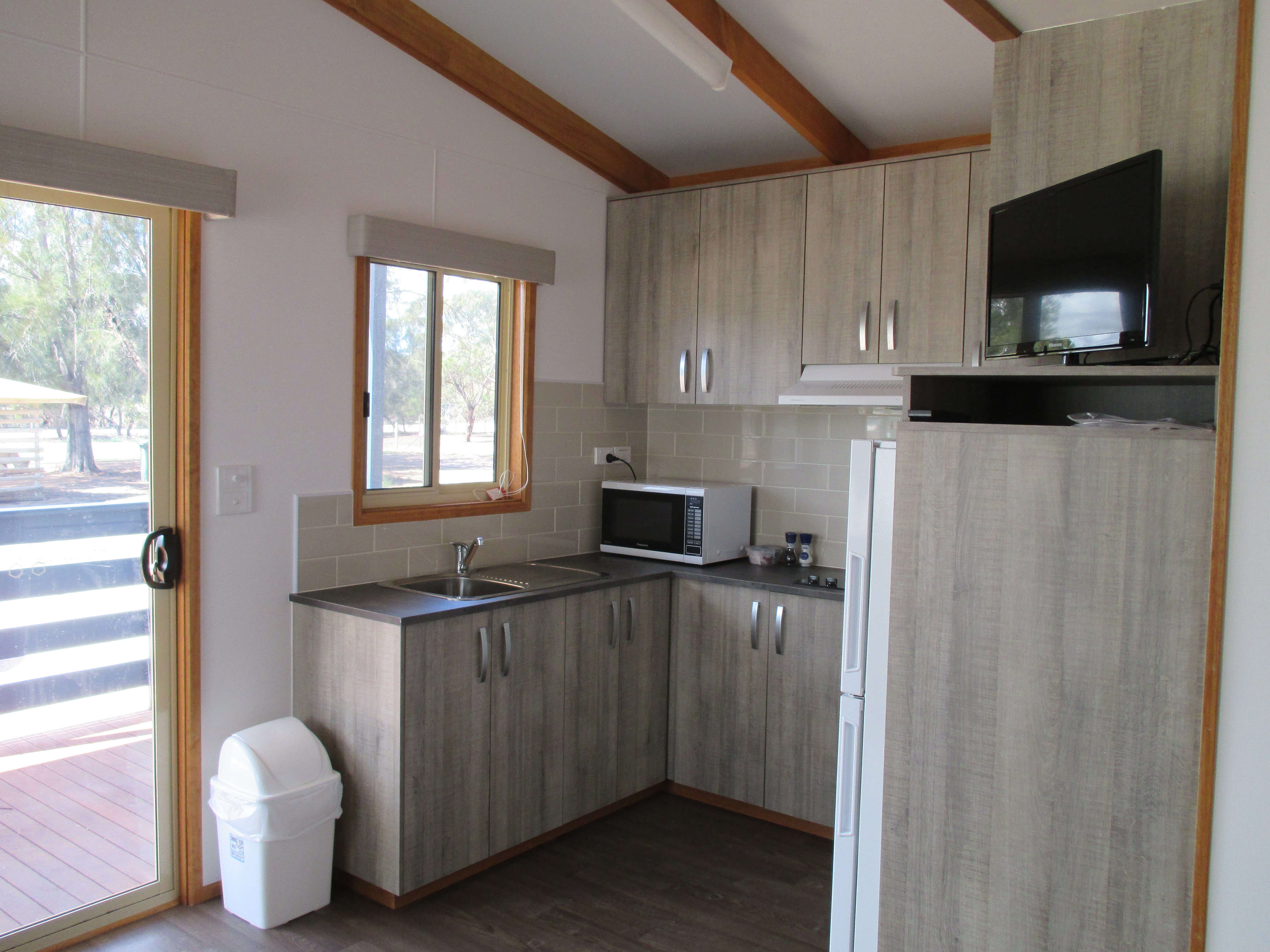 Karoonda ccommodation Modern Kitchen & ppliances - ^