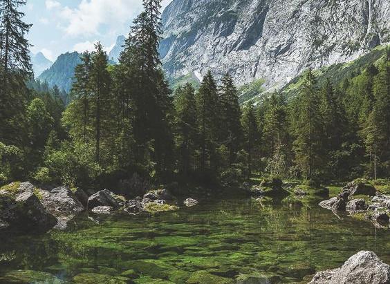 在靜謐山谷中泡澡!板岩專用得好、在大自然裡放鬆沒煩惱!