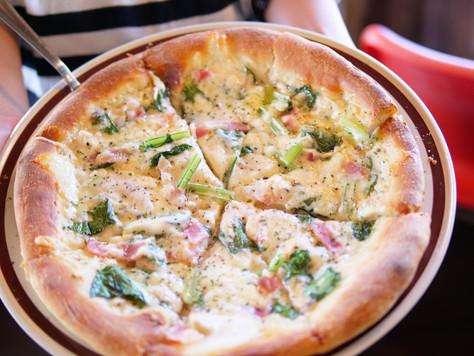 ベーコンと季節の野菜のクリームピザ