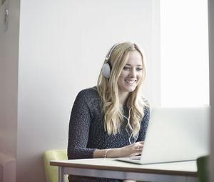 Девушка с помощью ноутбука