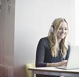 Chica usando la computadora portátil