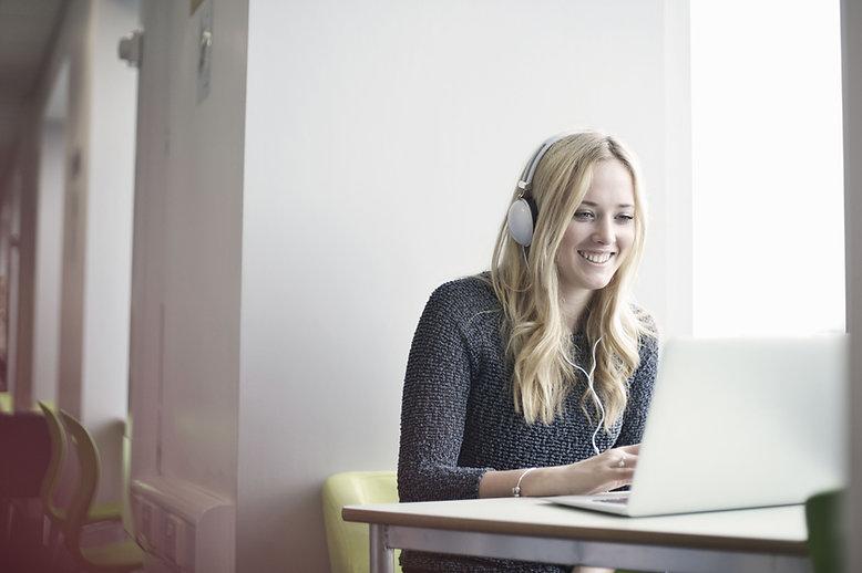Girl Använda en laptop