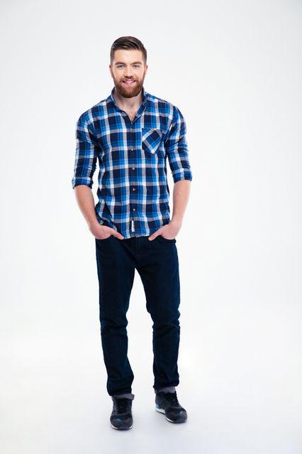 homme en chemise à carreaux