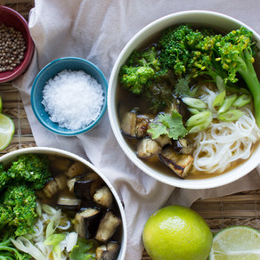 ASIAN BROTH WITH AUBERGINE, BROCCOLI & NOODLES