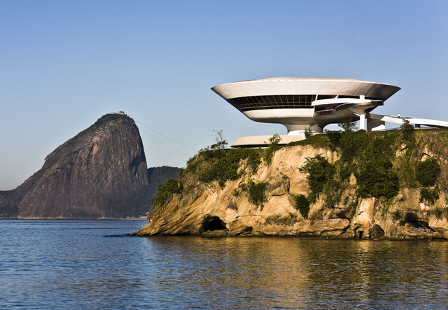 MAC-de-Niterói-por-Oscar-Niemeyer.jpg