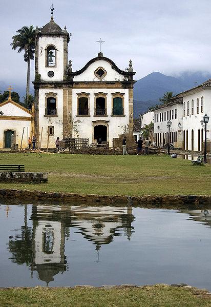Rua-de-Parati-inundada-pela-maré-alta.-Ao-fundo-a-Igreja-de-Santa-Rita-de-Cássia