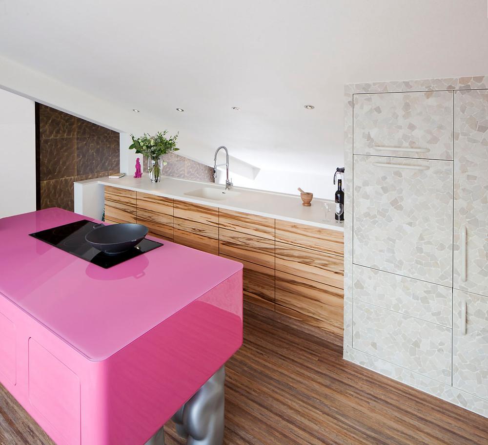 Een roze keukenblad van glas en een wit keukenblad van hi-max