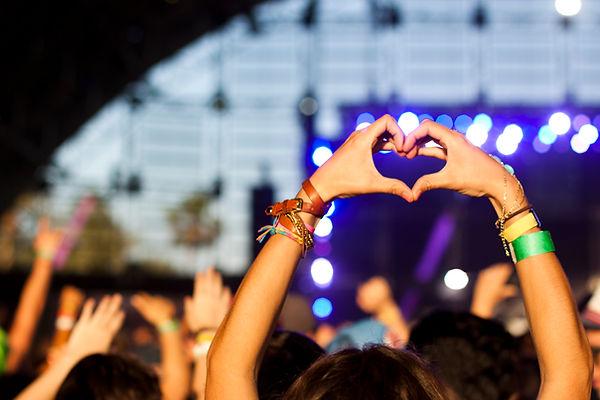 Hände in Herz