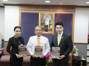 มอบหนังสือประวัติศาสตร์ชาติไทยให้กับ อ.ปรเมศวร์ อินทรชุมนุม