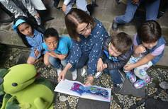 Ati habla con los niños