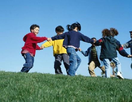 Niños jugando y felices