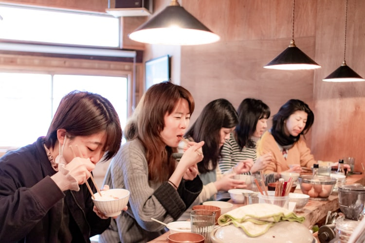 food-tours-osaka-tourists-dining