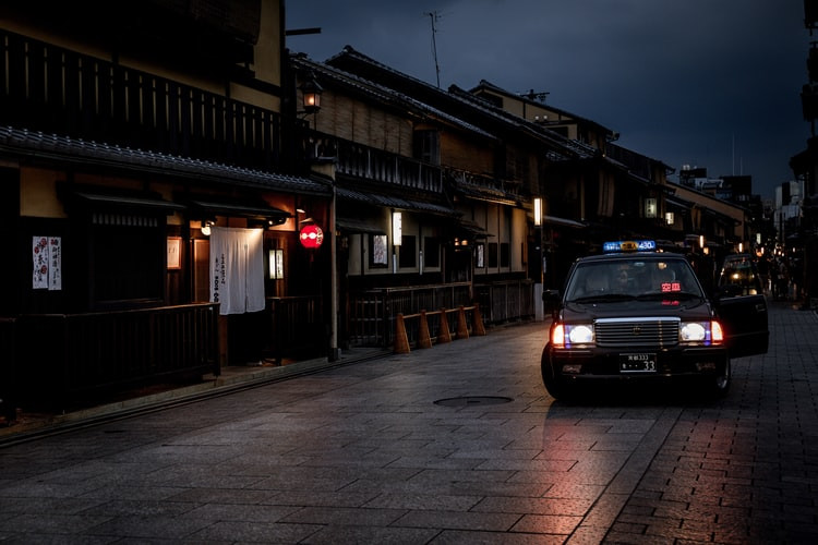 hanami-lane-gion-at-night