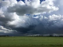 Dreigende wolken boven Hazerswoudedorp