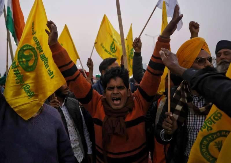 © Reuters/DANISH SIDDIQUI Farmers yell mottos during a dissent against ranch laws at Ghaziabad