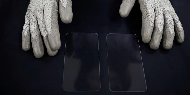 Apple gives Corning money to develop better iPhone screens