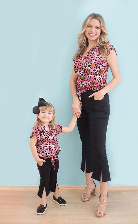 Camisa Manga Curta Oncinha (rosa) e Calça Pantacourt (preta)