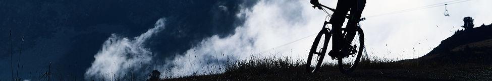 Vélo de montagne dans le brouillard