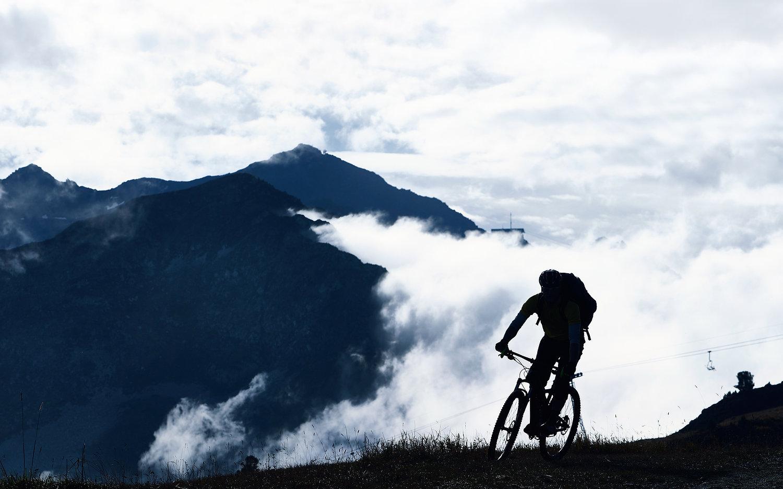 霧でマウンテンバイク