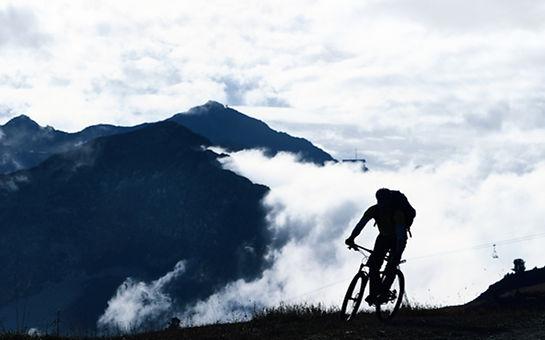 Горный велосипед в тумане