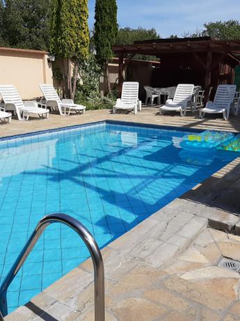 A medence mellett mindenki számára akad hely a kényelmes pihenésre és a kikapcsolódásra