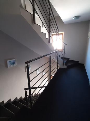 Modern és otthonos lépcsőházunkban hangtalan közlekedést tesznek lehetővé a puha szőnyegek