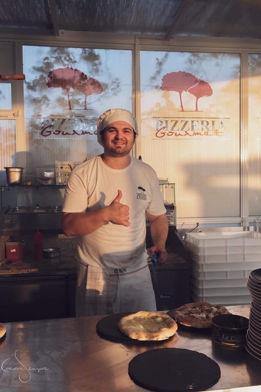 Pizza gourmet al forno nel ristorante di Roberto Farnesi.