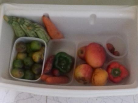 Organize a gaveta da sua geladeira para fazer os alimentos durarem mais.