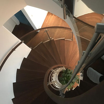 Rundat glasräcke trappa inomhus